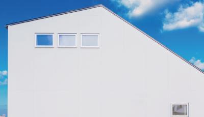 青空の似合う白い家