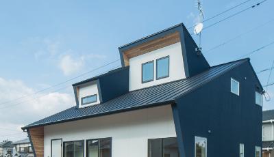 3つの顔を持つ青の家