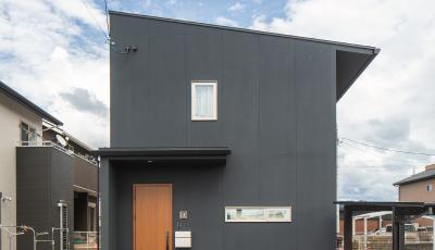 シンプルな黒い2階建の家